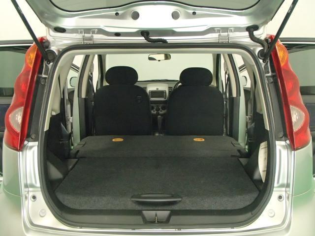 リヤシートの背もたれを前側に倒せば大きい荷物もすっきり積み込めます。