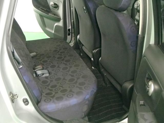 リヤシートは足元広くゆったり座れます。
