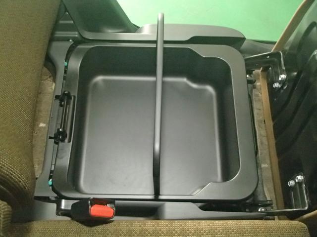 助手席の座面を持ち上げると下側には取っ手付収納ボックスが現れます。