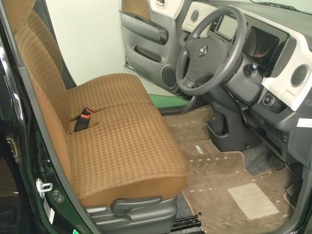 フロントシートの運転席側には座ったままでも座面を上下に動かせるラチェット式シートリフターが付いてます。