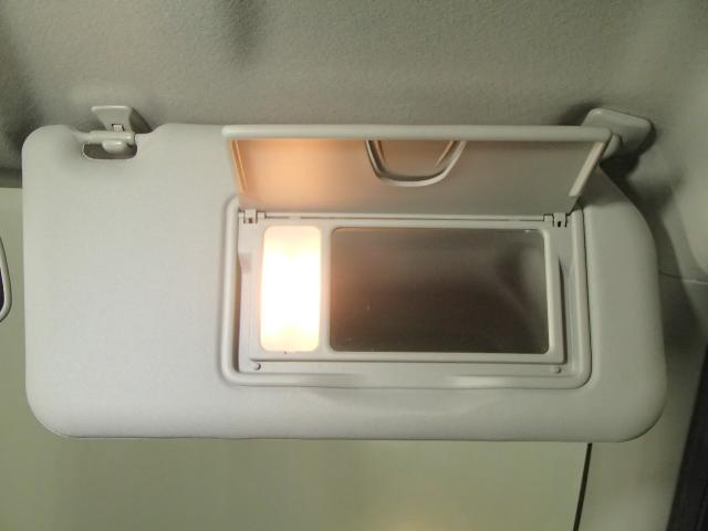 鏡をちょっと使いたいときに便利なランプ付運転席バニティーミラーが付いてます。