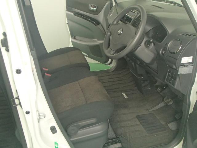 フロントシートは助手席側から乗っても、ラクに運転席へ移動できるベンチシート。