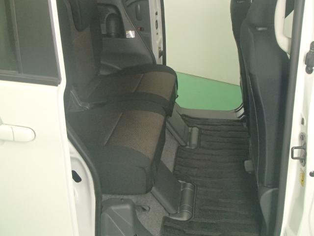 リヤシートは足元広くゆったり座ることができます。