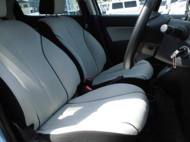 オフホワイトのシートと、黒の樹脂パーツのコントラストが綺麗