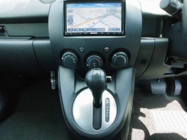 オートエアコン装備で車内は自動で快適に調整されます