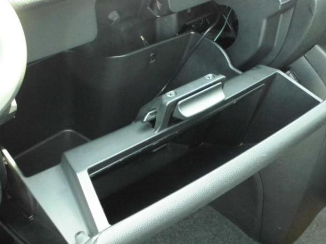 グローブボックスは二層式となっており、書類なども立てて整理することが可能です