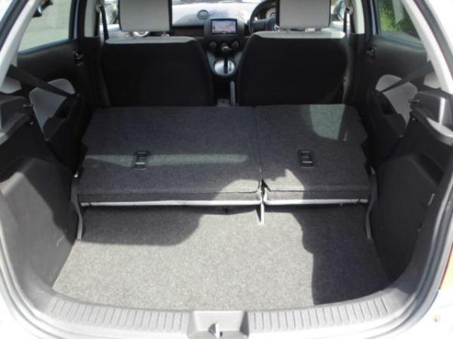 後席を倒せば大き目の荷物もしっかりと収納できます