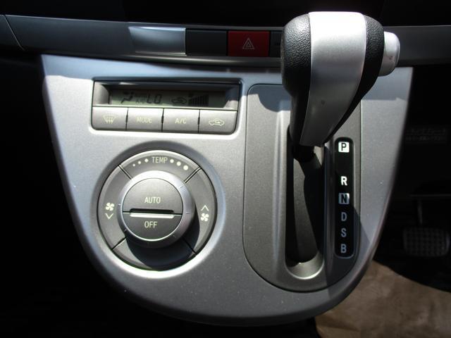 インパネシフト採用により、足元をより広く利用でき、運転手の交代も助手席よりラクラクです。夏でも、冬でも常に室内快適!オートエアコン◎