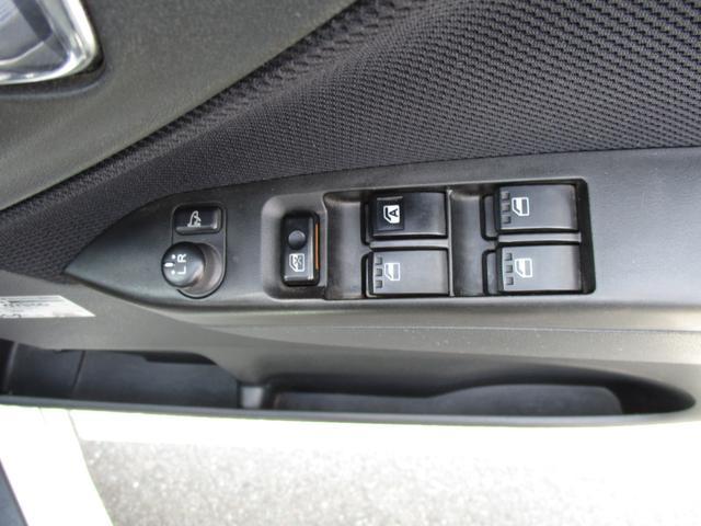 運転席脇の電動ミラーやパワーウィンドウスイッチが機能的にまとまっております。