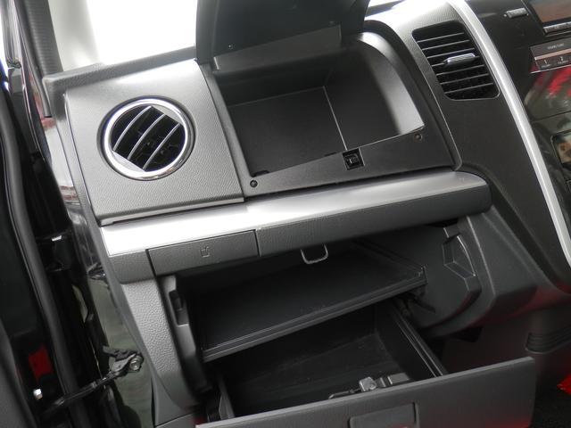 グローブボックスはリッドの裏側に収納するタイプなので書類や車検証入れなどに活用できますよ!