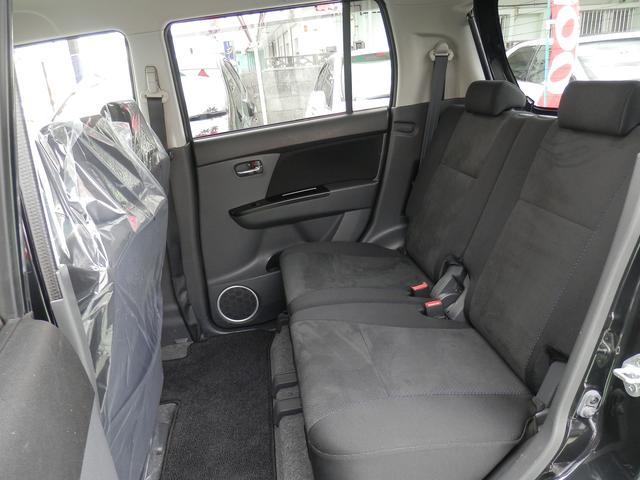 後席です。ベンチシートなのでゆったり座れる事ができます♪また、プライバシーガラスなので外観から見ても車内を見えにくくしてありますのでご安心を!