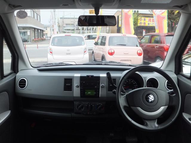 運転しやすいフロントシートまわり。肘掛けもあってゆったりと運転できます。