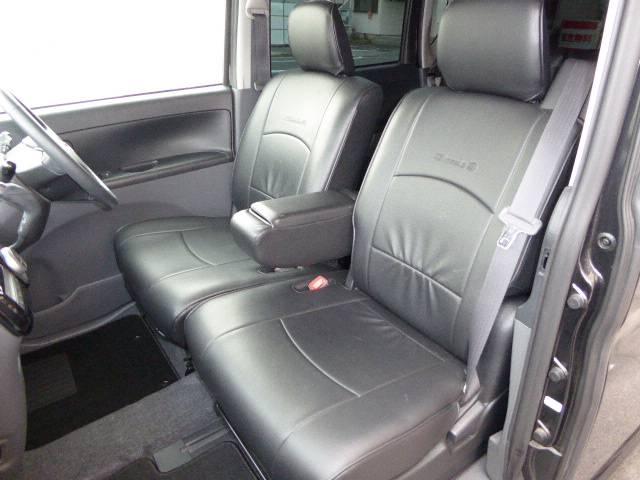 運転席と 助手席の間には アームレストも付いております♪