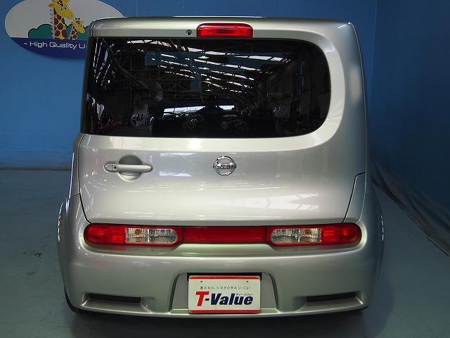 後ろから見ると見慣れた車のイメージも変わります。テールランプのデザインも千差万別ですね。