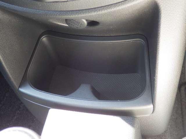 フロアシフトは操作がしやすいですよ。前方にカップホルダー&小物入れがあります。