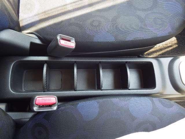 運転席、助手席間には小物入れがあります。