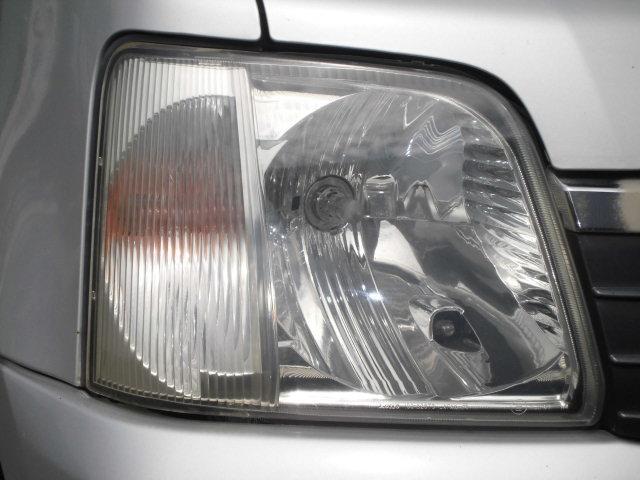 もちろんボロイ訳ではありません。普通に綺麗な車です。その点はご安心ください♪ヘッドライトもご覧の通り♪タイヤの溝もバッチリ♪