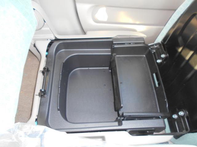 助手席シート開くと大型収納ボックスになります。