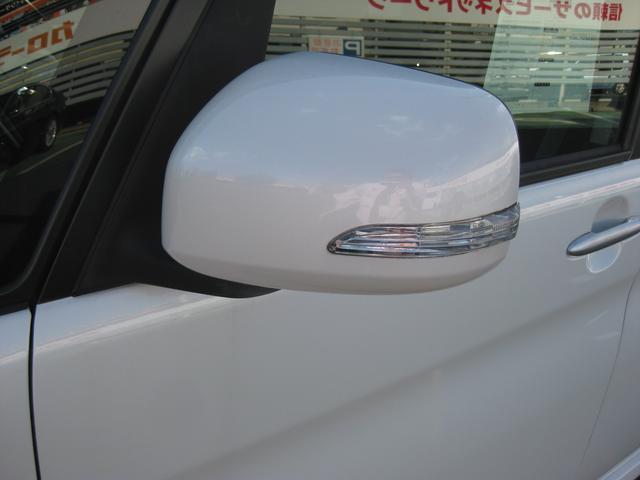 オシャレなデザインで、対向車からの視認性も高いサイドターンランプ付ドアミラー装備