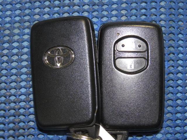 スマートキーならプッシュエンジンスタート、カギを持っているだけで、ドアの開閉もOK,です。雨降りは便利です。