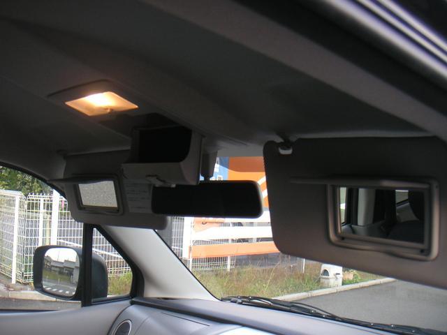 両席サンバイザーにはミラー内臓・手元を照らすルームランプ付