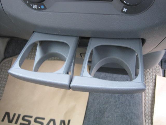 ロングドライブには欠かせないドリンクホルダー装備、お好みの飲み物を置くことができます。使わないときはすっきり収納できます。