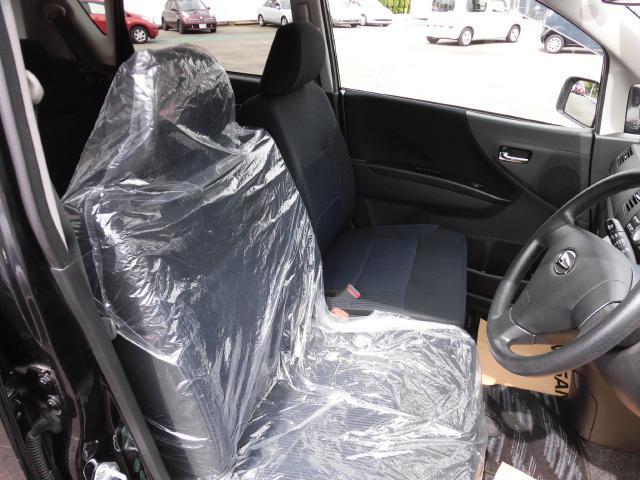 運転席はベンチシートで狭さを感じることなく運転できます