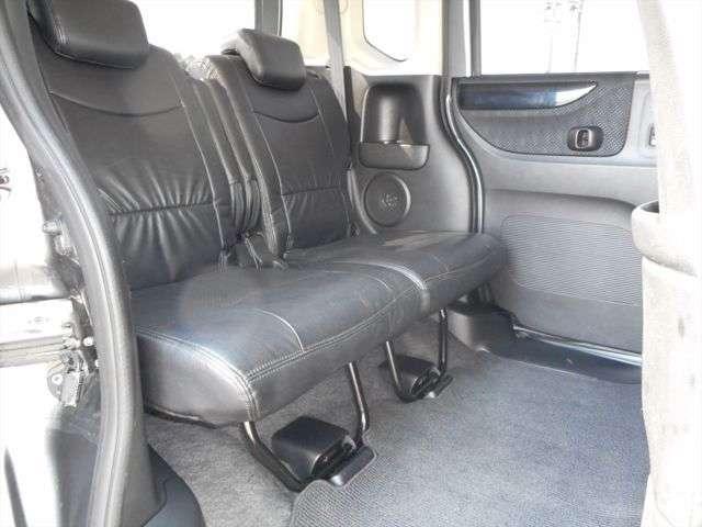 軽自動車ですが、後部座席もこの広さです!!