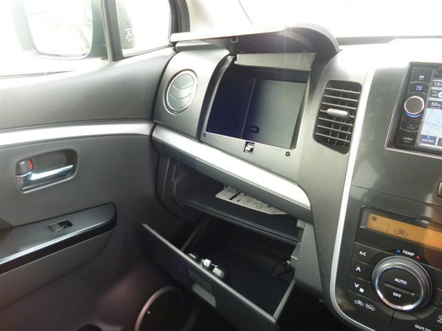 収納BOX★車検証や小物類もたっぷり入れられる収納BOX付き!中身が見えないようにBOXになっているので安心です!