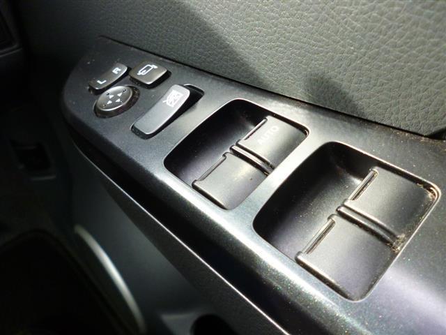 電動格納ミラー付き★昔はなかった装備ですよね。今の車は本当に便利になりました!ミラーも手で動かす必要がありませんね。