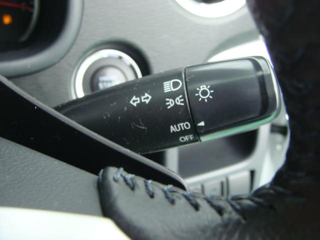 車外の明るさに応じて、自動的にライトの点灯・消灯をしてくれます。トンネルが続くような道でも、いちいちライトスイッチを操作する必要がありません。消し忘れの心配もありません。