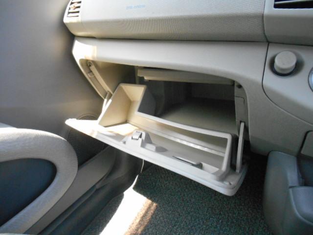 助手席前のグローブボックスは仕切り付なので、小物の整理もラクラクです