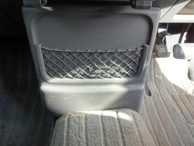 運転席と助手席の前にあるネットポケット。ちょっとあると嬉しい装備なのです。