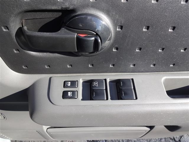 運転席ドアのスイッチ。パワーウィンドウスイッチとかが付いてます。