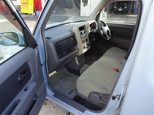 助手席から滑り込んで運転席まではベンチシートなので移動可能ですね。