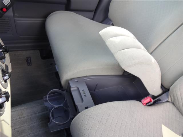 前席の真ん中には隠しポケット?その前にはドリンクホルダーもあります。