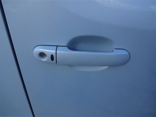 運転席ドアのノブについてるのはワンプッシュでドアロック解除できるスイッチです。