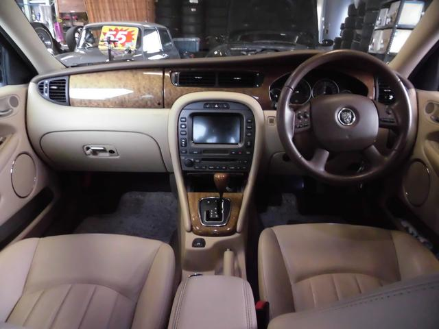 コックピットはウッドパネルと白を基調とした内装がとてもラグジュアリーな空間となっています!パワーシート&シートヒーターも装備しているので、冬は暖か~くてシート調整もラクラクですよ♪