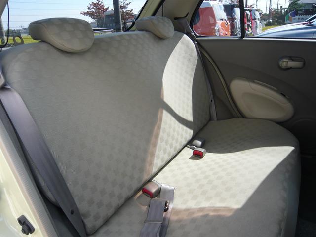 後席シートには擦れやヘタリも少なくとっても綺麗。ボディカラーに呼応したベージュ基調の内装で大人の雰囲気満載。