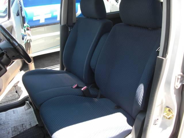 前のシート中央にはひじ掛けも付いていますので、快適に乗っていただけます☆