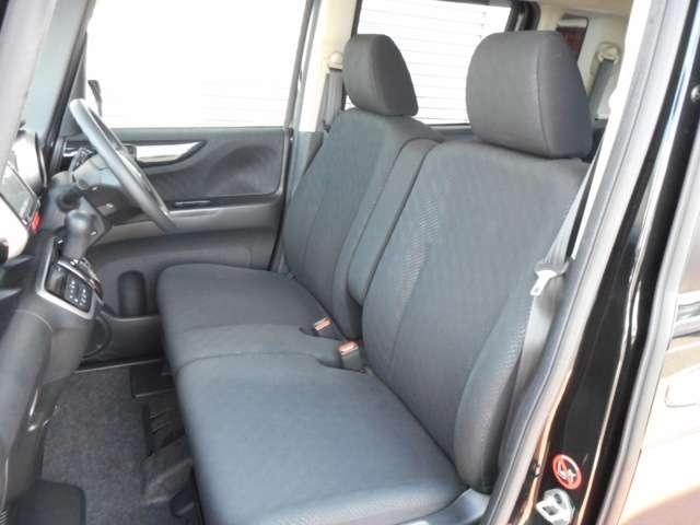 フロントベンチシートですので足元もゆったり広々快適です 運転席⇔助手席への移動も楽々です