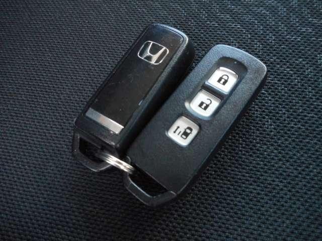 スマートキーは鍵をバッグやポケットに入れたままでもドアロックの開閉やエンジンのON・OFFができます。