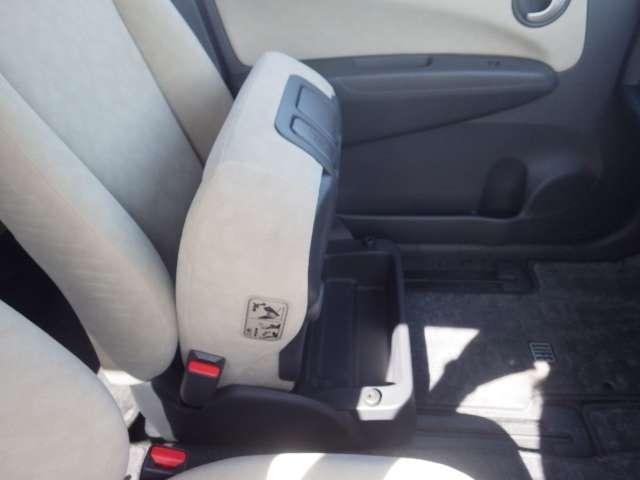 助手席のシート下には便利な収納スペースがあります。