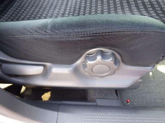 シートハイトアジャスターが付いているので運転姿勢を調整するのに便利ですね。