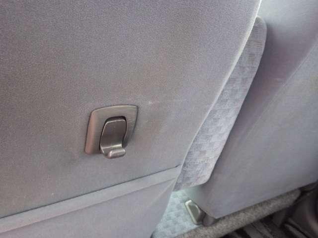 助手席の後ろにはコンビニフックが付いています。