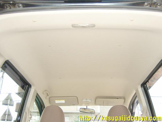 車内の写真です。軽トールワゴンの部類ですので、なかなかの高さがあると思いますよ。写真ではなかなか伝わりづらいですよね。男性でもそんなに窮屈感を感じることはないと思いますよ。(@_@)