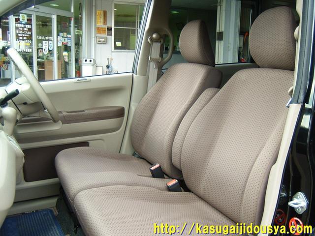 フロントシートはカップルや親子にとっても似合うベンチタイプのシートになっています。シートの色は写真よりももう少しシックな感じでとってもいいと思いますよ。ひじ掛けもついていますから、もうバッチリ!