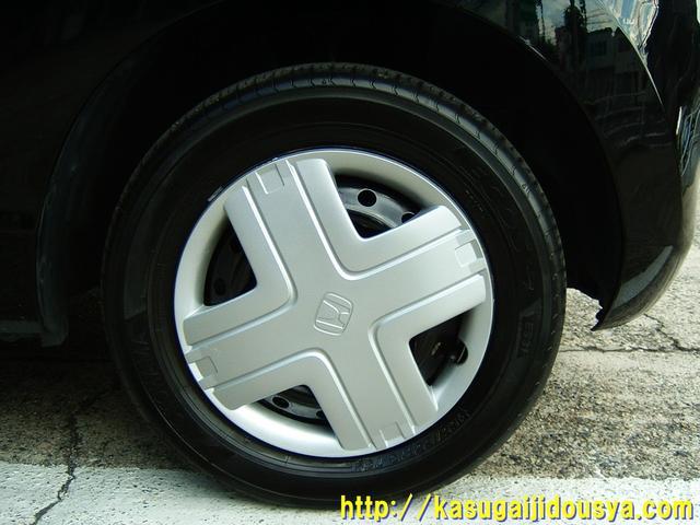 タイヤの写真です。タイヤは車にとって、とっても重要ですよね。4本ないとちゃんと走れませんよ。当たり前ですが。気になる燃費は1リットル=21kmとなっています。なかなかの低燃費ですよね。