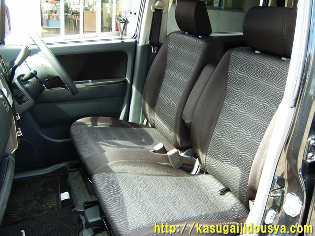 フロントシートの写真になります。フロントシートは足元すっきりで、カップルや親子にうれしいベンチタイプのシートになります。運転席⇔助手席間も行き来がしやすく便利なシートだと思いますよ。