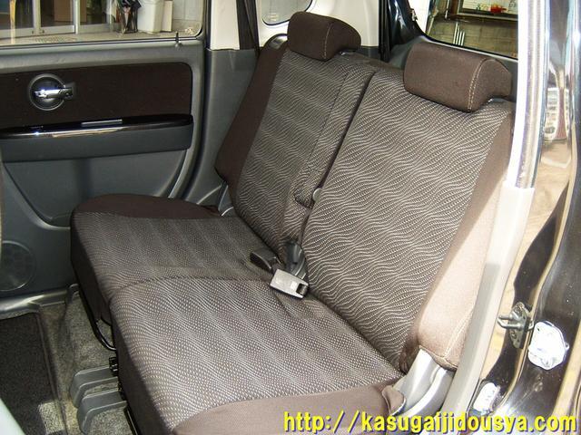 リアシートの写真になります。リアシートもフロントシートと同様にベンチタイプのシートになっています。リアシートはおおきな特徴はないのですが、軽自動車になりますので、3人掛けではなく、2人掛けになります。